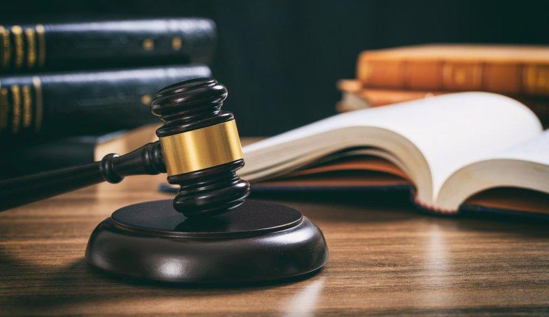 Urteil: Abfällen von Birken auf dem Nachbargrundstück nicht erforderlich